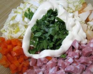 Простой салат с копченой колбасой - фото шаг 2