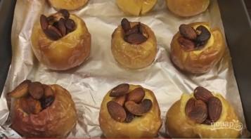 Запеченные яблоки с орехами и изюмом - фото шаг 6