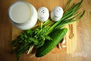 Холодный суп из кефира с огурцами и зеленью - фото шаг 1