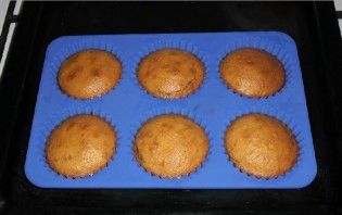 Кексики на кефире в формочках - фото шаг 7