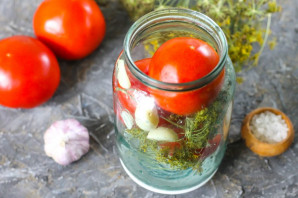 Квашеные помидоры с чесноком и зеленью - фото шаг 3