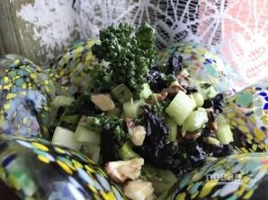 Салат из сельдерея с черносливом - фото шаг 7