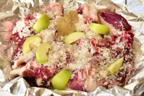 Утка с рисом и яблоками в духовке - фото шаг 9