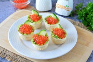 Тарталетки с икрой и авокадо
