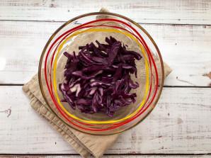 Салат из краснокочанной капусты с крабовыми палочками - фото шаг 2