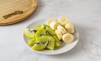 Смузи из банана, киви и апельсина - фото шаг 2