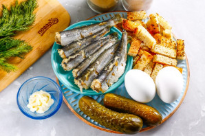 Рыбный салат с сухариками - фото шаг 1