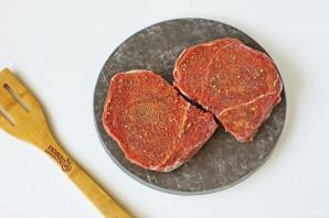 Мясо с маринованными грибами в духовке - фото шаг 2