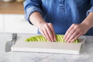 Розочка из авокадо - фото шаг 3