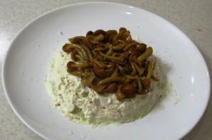 Салат слоеный с маринованными грибами - фото шаг 4