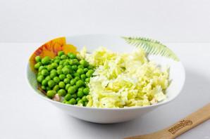 Салат с куриной грудкой и зеленым горошком - фото шаг 5