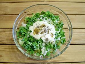 Салат с маринованными огурцами - фото шаг 6