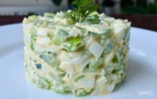 Простой салат с зеленым луком и огурцом - фото шаг 3