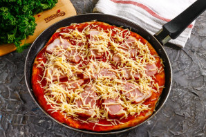 Дрожжевая пицца на сковороде - фото шаг 7