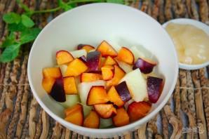 Фруктовый салат из дыни, персика и черного абрикоса - фото шаг 3