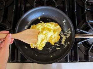 Простая яичница болтунья - фото шаг 7