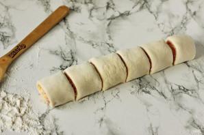 Рулетики из слоеного теста с колбасой и сыром - фото шаг 7