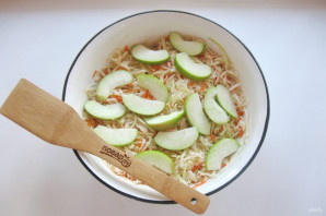 Квашеная капуста с яблоками - фото шаг 6