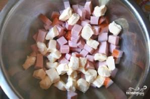 Салат с колбасой, сыром и помидорами - фото шаг 1