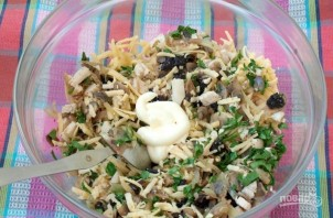 Салат с курицей, черносливом и грибами - фото шаг 4