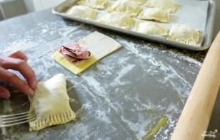 Конвертики из слоеного теста с сыром - фото шаг 2