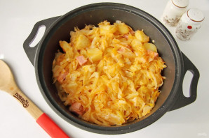 Тушеная капуста с картошкой и колбасой - фото шаг 9