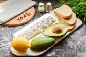 Бутерброды с авокадо и селедкой - фото шаг 1