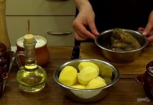 Картофель и мясо в горшочках - фото шаг 1