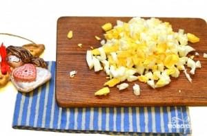 Сырный салат с яйцом - фото шаг 2