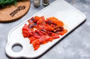 Салат из печеного болгарского перца с помидорами