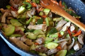 Свинина с вешенками и овощами - фото шаг 4