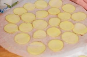 Картофельные чипсы в микроволновке без масла - фото шаг 3