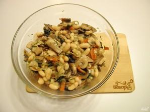 Салат с грибами и фасолью - фото шаг 7