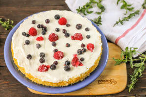 Бисквитный торт с ягодами - фото шаг 7