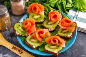 Бутерброды с красной рыбой и киви - фото шаг 5