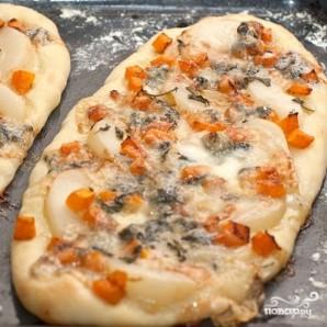 Пицца с тыквой, грушей и горгонзолой - фото шаг 8