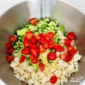 Салат из цветной капусты с помидорами и огурцами - фото шаг 3