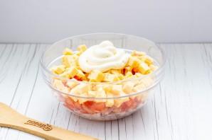 Салат с копченой курицей и помидорами - фото шаг 5