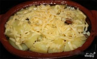 Мясо в горшочках с грибами и сыром - фото шаг 9