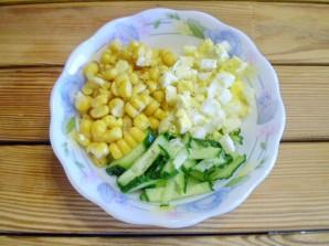 Салат с огурцом и кукурузой - фото шаг 5