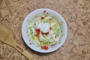Салат с крабовыми палочками и икрой - фото шаг 7