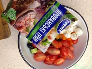Салат с моцареллой и маслинами - фото шаг 6