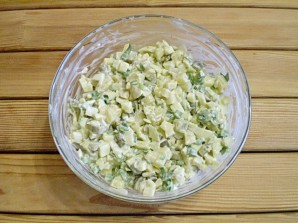 Салат с маринованными огурцами - фото шаг 7