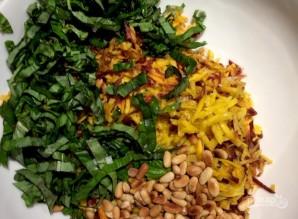 Салат с морковью и кедровыми орешками - фото шаг 9