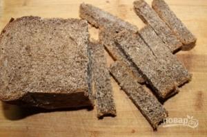 Гренки из черного хлеба с сыром и чесноком - фото шаг 1