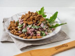 Салат с фасолью, сухариками и колбасой - фото шаг 5