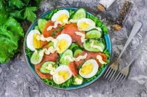 Салат с горбушей, огурцом и яйцом - фото шаг 5
