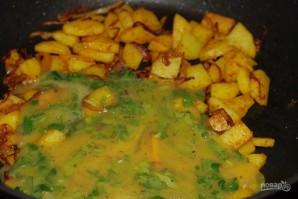 Жареная картошка с яйцом и луком - фото шаг 5