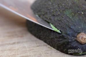 Оригинальная яичница в авокадо - фото шаг 2