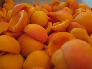 Шарлотка с яблоками и абрикосами - фото шаг 2